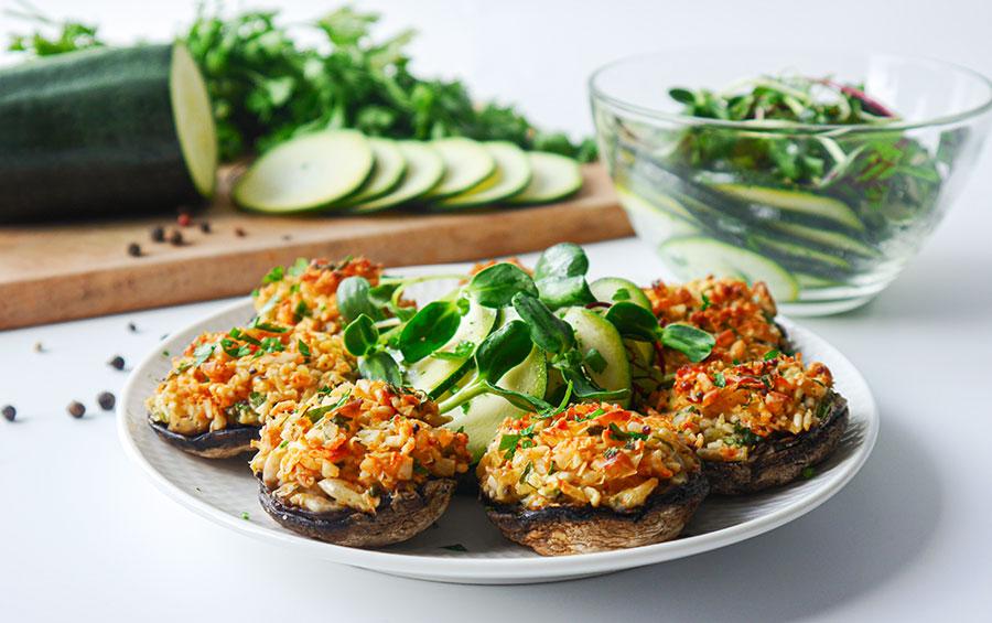 Champignons mit Lupinen-Hackfüllung und Zucchini-Salat