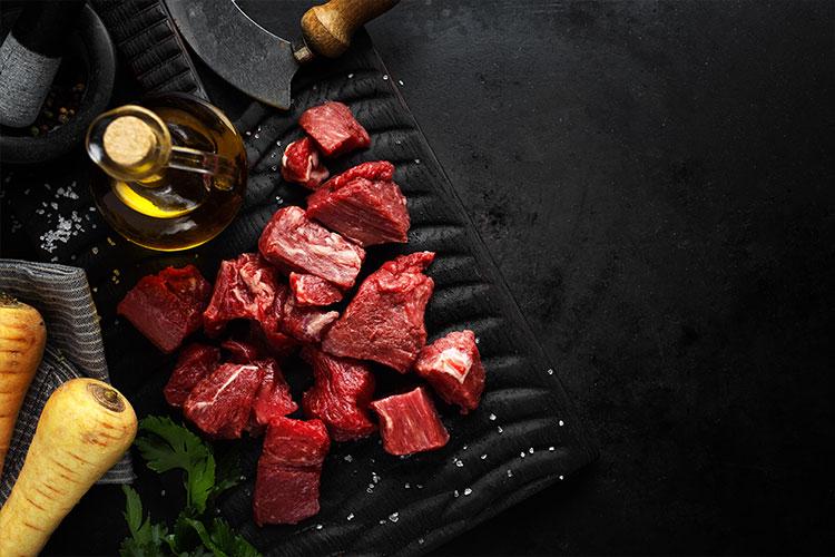 Chronobiologisches Mittagsgenuss-Rezept. Bio Rindergulasch auf Polenta und gedünsteten Zucchini:
