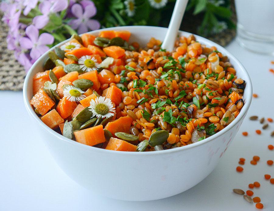 Linsen-Eintopf mit Vollkorndinkel und Kürbiskern-Karottensalat